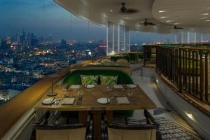 A restaurant or other place to eat at Hyatt Regency Galleria Residence Dubai