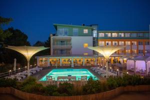 Basen w obiekcie Hotel Bryza Resort & Spa lub w pobliżu