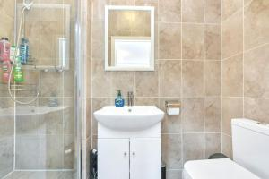 A bathroom at Spacious Studio Flat close to tube for 2 people!!!