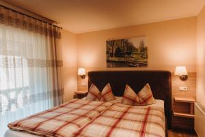 A bed or beds in a room at Pension Lehnigksberg