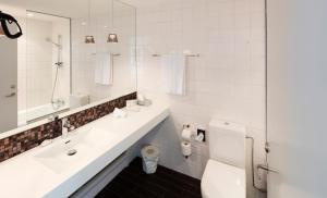 A bathroom at Hotel Føroyar