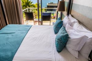 A bed or beds in a room at Atlantida Mar Hotel
