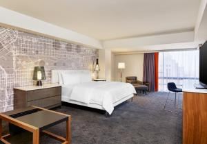 A bed or beds in a room at Le Meridien San Francisco