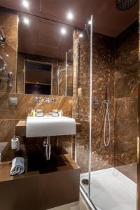 Ein Badezimmer in der Unterkunft Hotel Armoni Paris