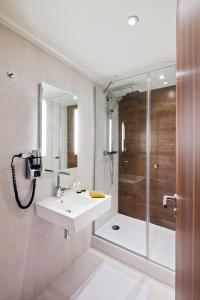 Un baño de Best Western Plus 61 Paris Nation Hotel