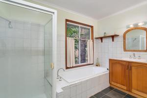 A bathroom at Kewarra Beach Hideaway - Three Bedroom House with Pool