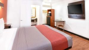 A bed or beds in a room at Motel 6-Ontario, CA - Convention Center - Airport