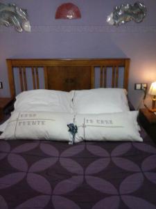 A bed or beds in a room at Hotel Casa de la Fuente