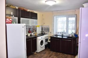 Кухня или мини-кухня в Hostel House