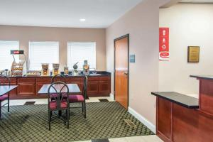 A restaurant or other place to eat at Econo Lodge Harrisburg - Hershey