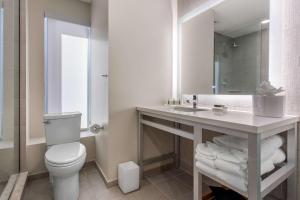 A bathroom at Cambria Hotel Philadelphia Downtown Center City