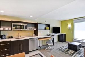 A kitchen or kitchenette at Home2 Suites By Hilton Hilton Head