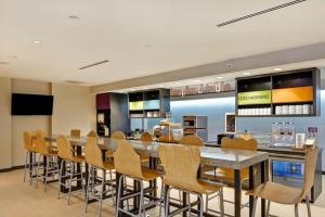 A restaurant or other place to eat at Home2 Suites By Hilton Hilton Head