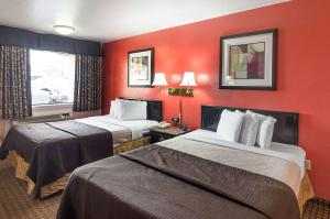A bed or beds in a room at Econo Lodge Dalhart Hwy 54 - Hwy 287