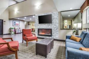 A seating area at Comfort Inn & Suites Love Field – Dallas Market Center