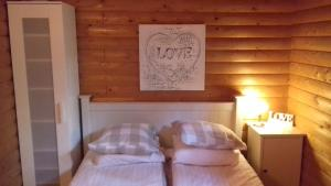 A bed or beds in a room at Secret Lake Cottage