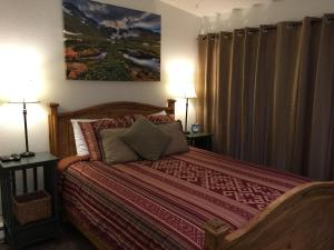 A bed or beds in a room at Oakhurst Town Home