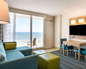 A seating area at Comfort Suites Beachfront
