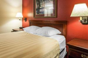 A bed or beds in a room at Rodeway Inn Seatac