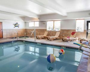 The swimming pool at or near Comfort Suites Wenatchee Gateway