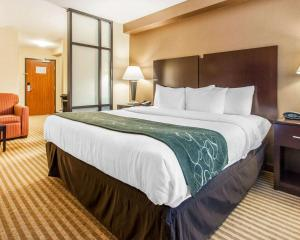 A bed or beds in a room at Comfort Suites Wenatchee Gateway