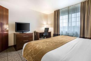 A bed or beds in a room at Comfort Suites at Par 4 Resort
