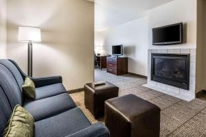 A television and/or entertainment center at Comfort Suites at Par 4 Resort