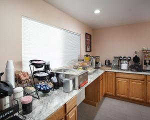 A kitchen or kitchenette at EconoLodge Phillipsburg