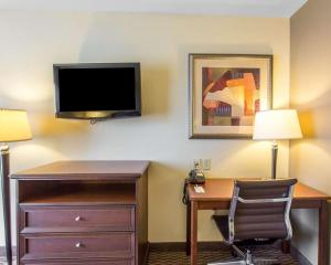 A television and/or entertainment center at Comfort Inn & Suites Madisonville