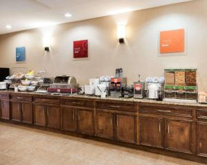 A restaurant or other place to eat at Comfort Suites Oil Center
