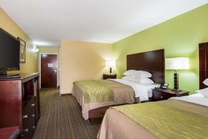 A bed or beds in a room at Comfort Inn Alexandria