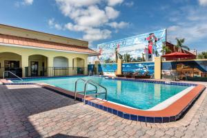 The swimming pool at or close to Clarion Inn & Suites Kissimmee-Lake Buena Vista South