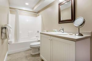 A bathroom at Bluegreen Vacations The Breakers, an Ascend Resort