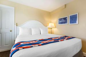 A bed or beds in a room at Bluegreen Vacations The Breakers, an Ascend Resort