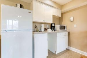 A kitchen or kitchenette at Bluegreen Vacations The Breakers, an Ascend Resort