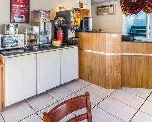 A kitchen or kitchenette at Econo Lodge Downtown Colorado Springs