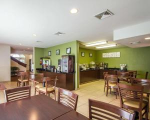 A restaurant or other place to eat at Sleep Inn & Suites Niantic