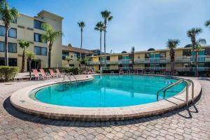 A piscina localizada em Clarion Hotel Orlando International Airport ou nos arredores