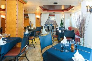 A restaurant or other place to eat at Castillo Real, Ascend Hotel Collection