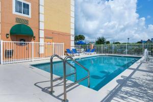 The swimming pool at or close to Comfort Inn Kissimmee-Lake Buena Vista South