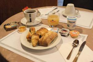 Breakfast options available to guests at Comfort Hotel Cecil Metz Gare