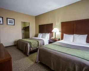 A bed or beds in a room at Comfort Inn Morris I-80