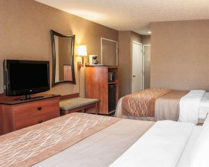 A bed or beds in a room at Comfort Inn Near Indiana Premium Outlets