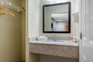 A bathroom at Econo Lodge Freeport - Brunswick Area