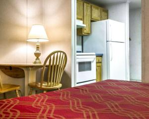 A bed or beds in a room at Rodeway Inn & Suites Brunswick near Hwy 1
