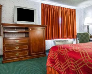 A television and/or entertainment center at Rodeway Inn & Suites Brunswick near Hwy 1