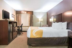 A bed or beds in a room at Quality Inn Festus
