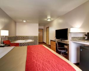 A bed or beds in a room at Comfort Inn Jackson