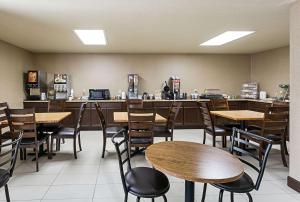A restaurant or other place to eat at Econo Lodge Livingston