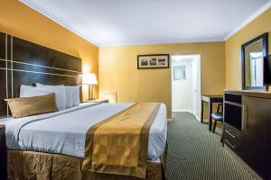 A bed or beds in a room at Rodeway Inn Boardwalk